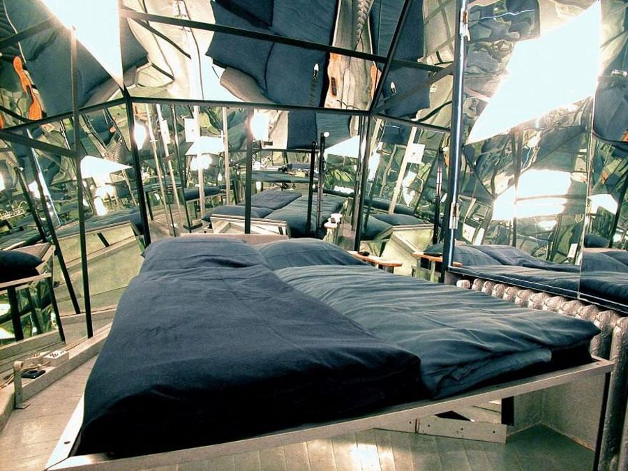 Camera con specchi dell'hotel Propeller Island City Lodge