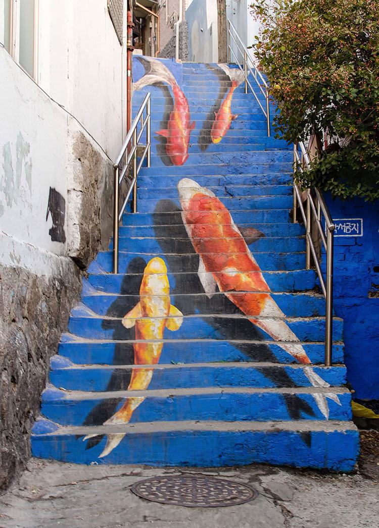 Foto della scalinata colorata dedicata alle carpe koi a Seoul