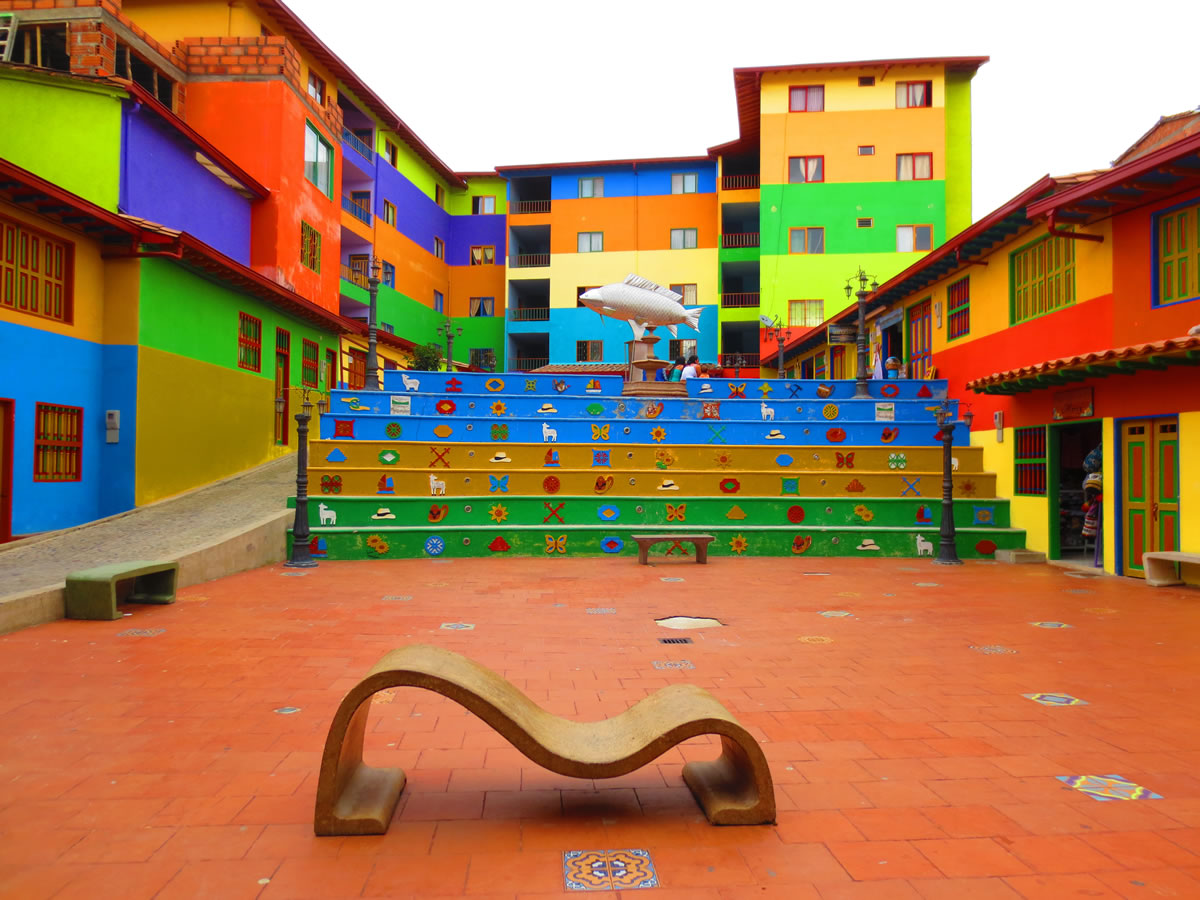 Foto della scalinata e del quartiere colorato di Guatapè