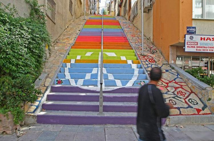 Foto della scalinata colorata di Izmir in Turchia