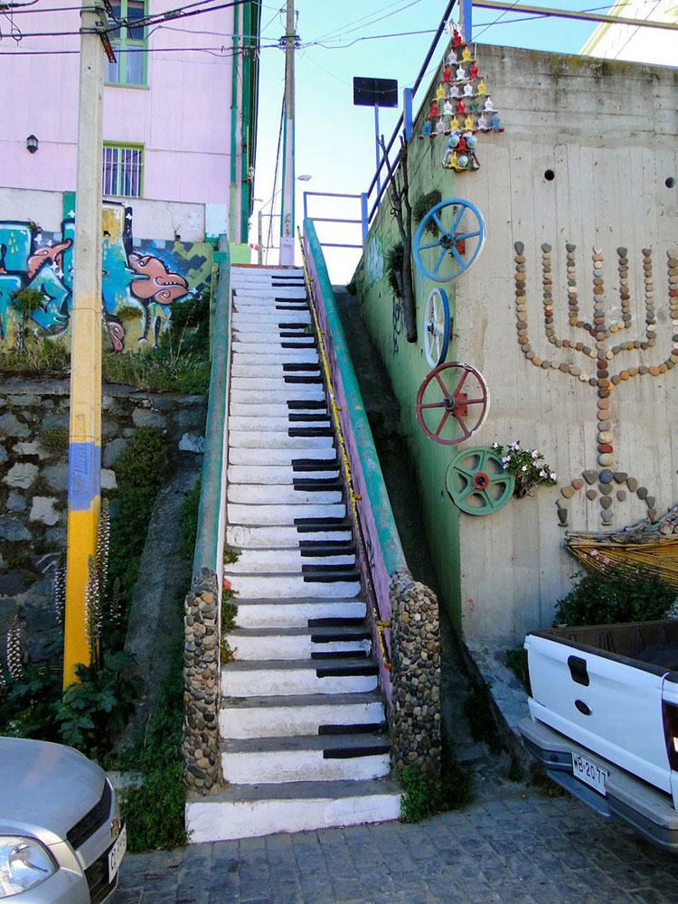 Foto della scalinata ispirata ad un pianoforte in Cile