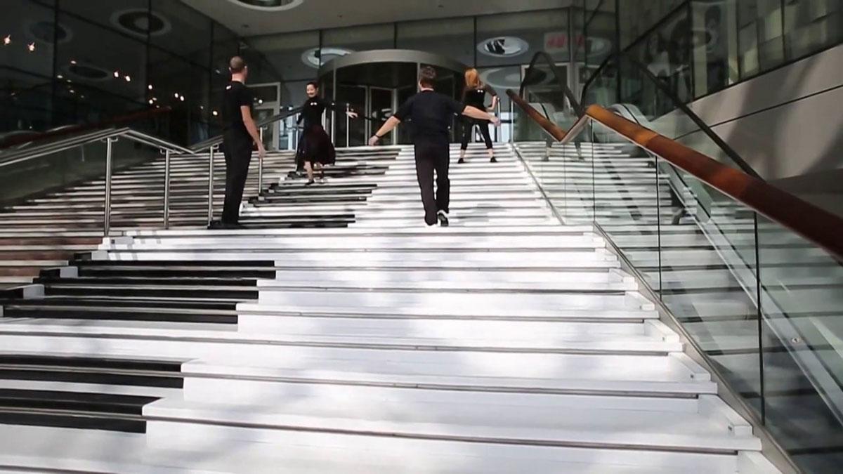 Foto della scalinata colorata ispirata ad un pianoforte ad Ankara