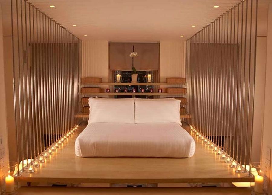 Camera con letto sospeso dell'hotel The Hempel a Londra
