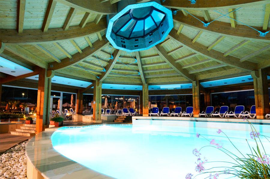 Piscina interna del db Seabank Resort Spa