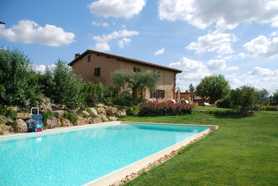 Giardino con piscina dell'hotel Aia Mattonata Relais