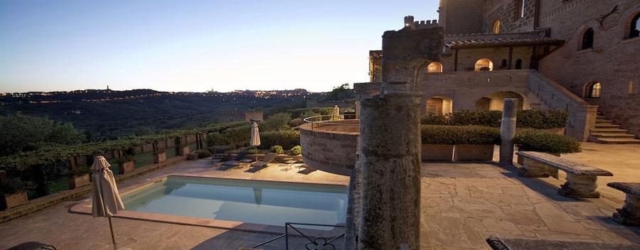 Piscina e giardino dell'hotel Castello Monterone a Perugia