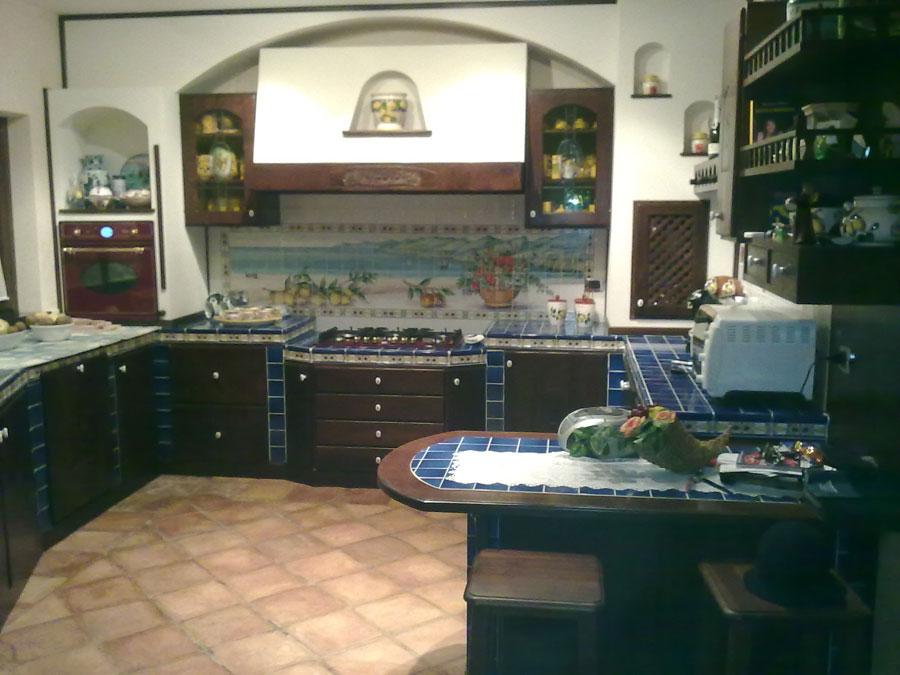 30 cucine in muratura rustiche dal design classico for Piastrelle maiolica cucina