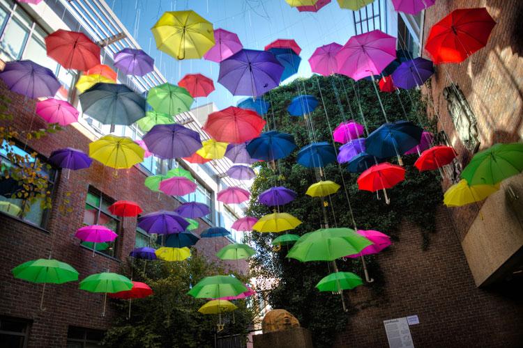 Installazioni di arte urbana con ombrelli colorati n.01