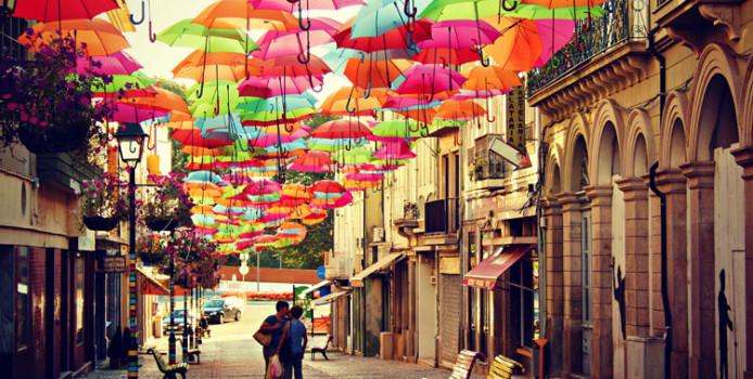 Arte Urbana: 20 Splendide Installazioni con Ombrelli Colorati