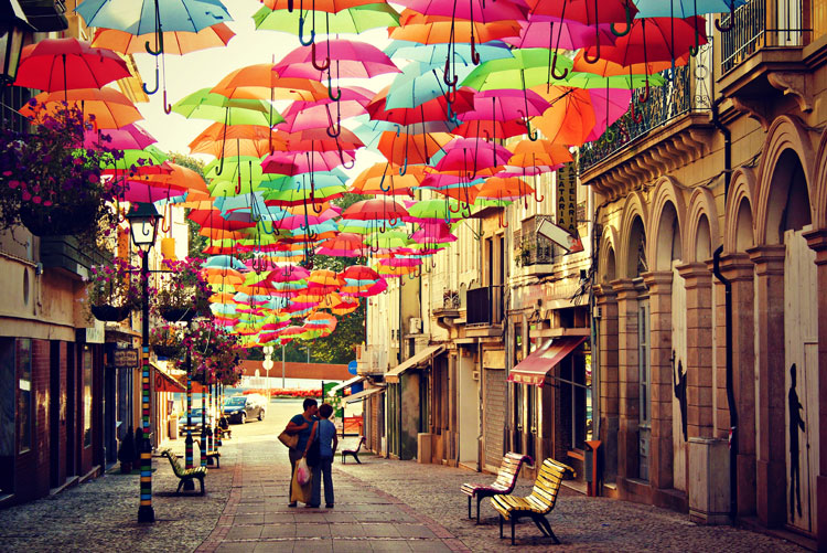 Installazioni di arte urbana con ombrelli colorati n.02