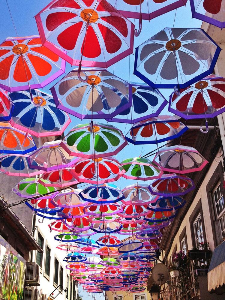 Installazioni di arte urbana con ombrelli colorati n.03