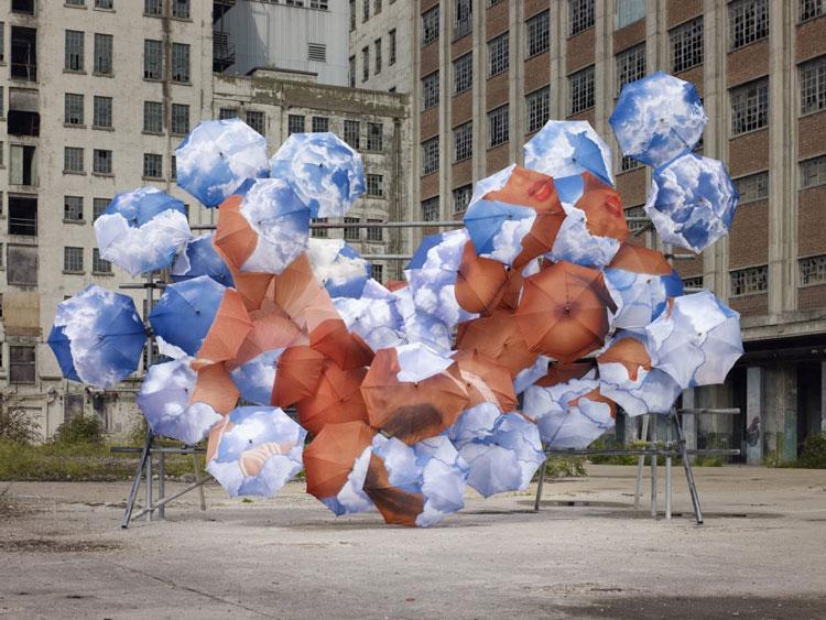 Installazioni di arte urbana con ombrelli colorati n.04