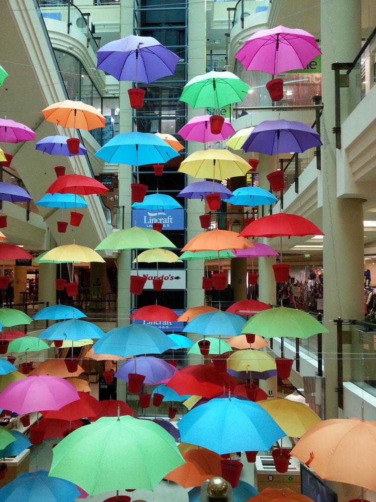 Installazioni di arte urbana con ombrelli colorati n.05