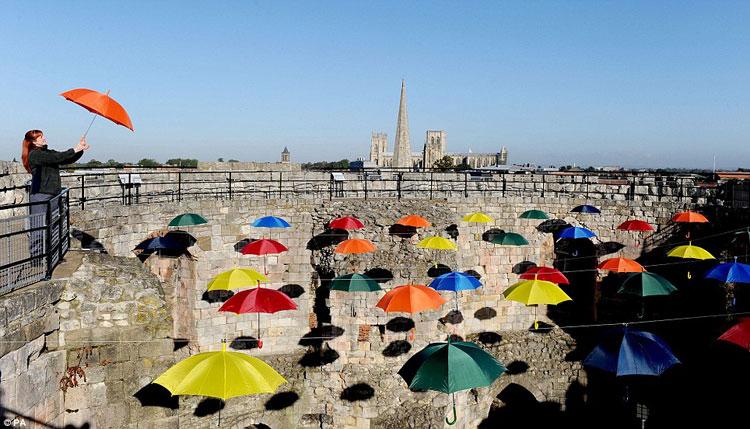 Installazioni di arte urbana con ombrelli colorati n.06