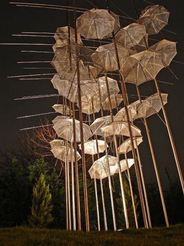 Installazioni di arte urbana con ombrelli colorati n.07