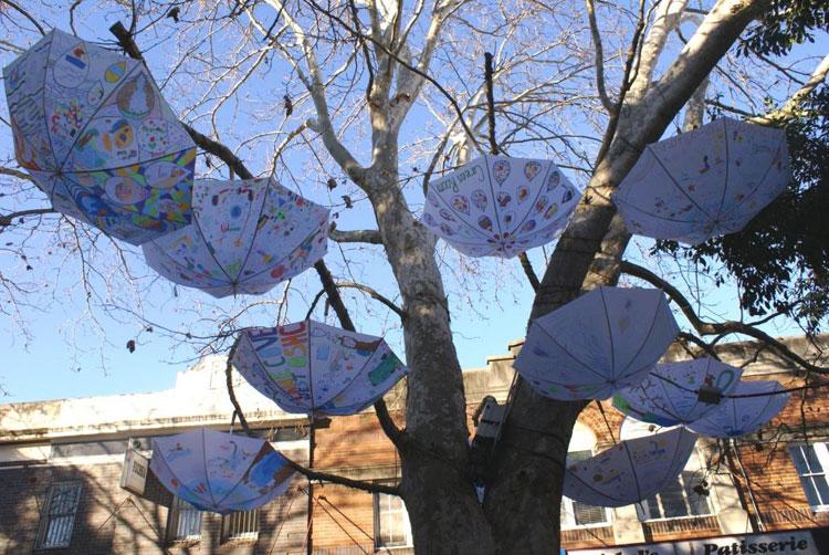 Installazioni di arte urbana con ombrelli colorati n.08