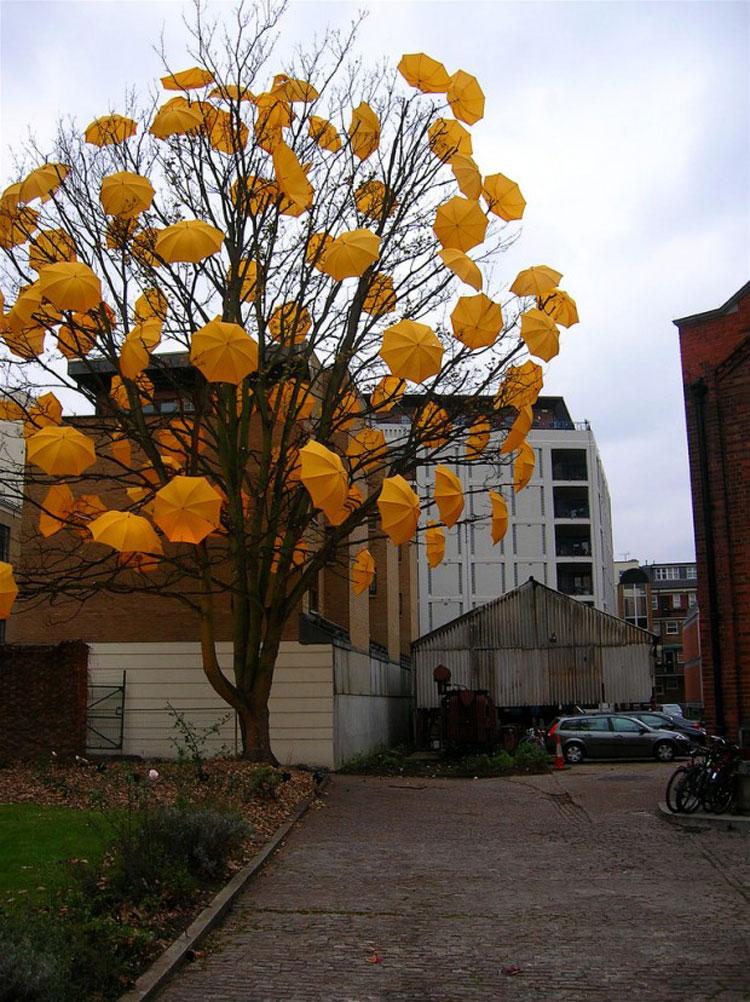 Installazioni di arte urbana con ombrelli colorati n.09