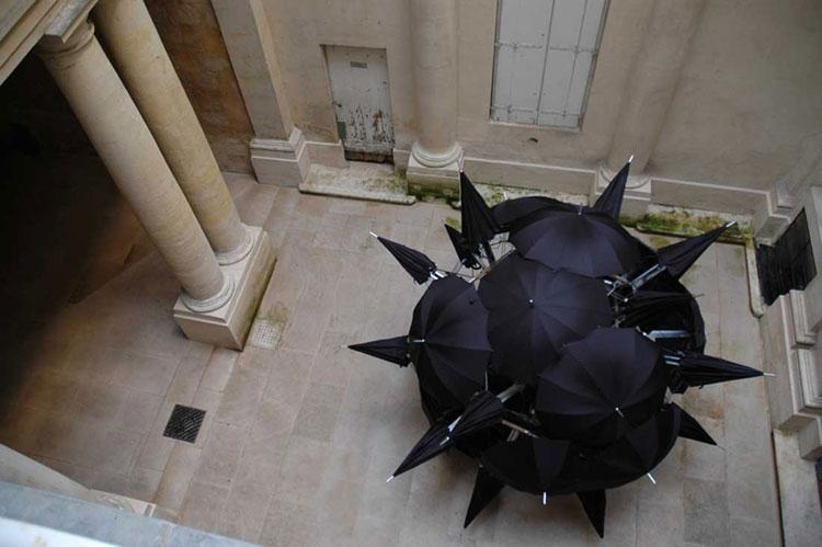 Installazioni di arte urbana con ombrelli colorati n.11