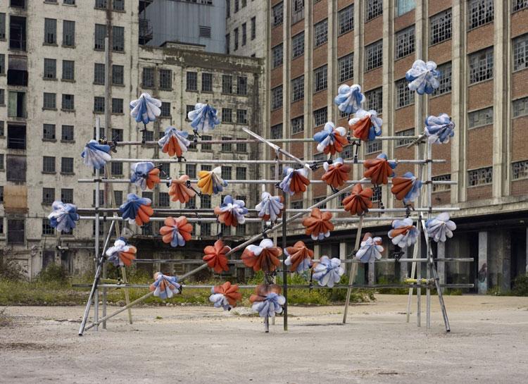 Installazioni di arte urbana con ombrelli colorati n.13