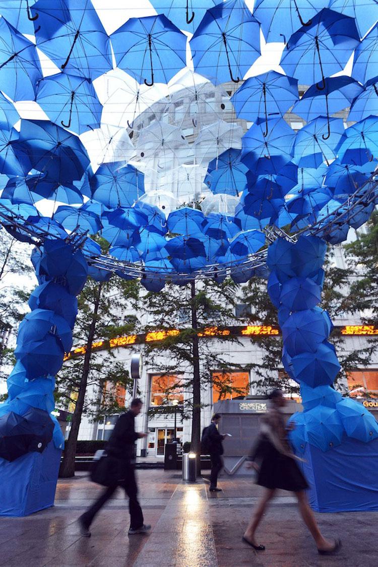 Installazioni di arte urbana con ombrelli colorati n.14
