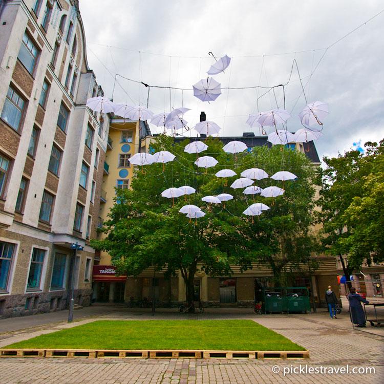Installazioni di arte urbana con ombrelli colorati n.15