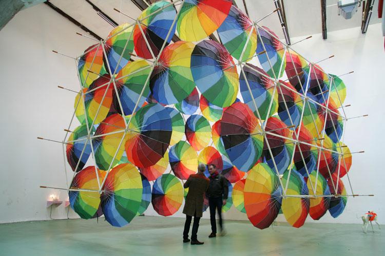 Installazioni di arte urbana con ombrelli colorati n.16