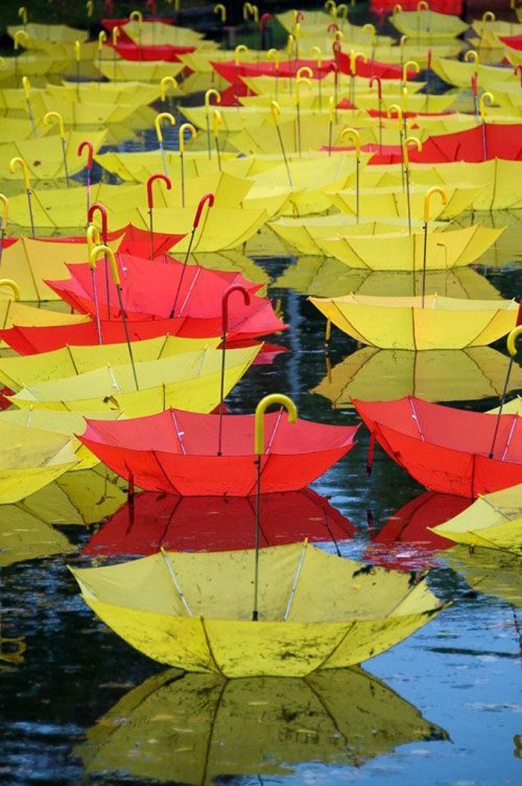 Installazioni di arte urbana con ombrelli colorati n.17