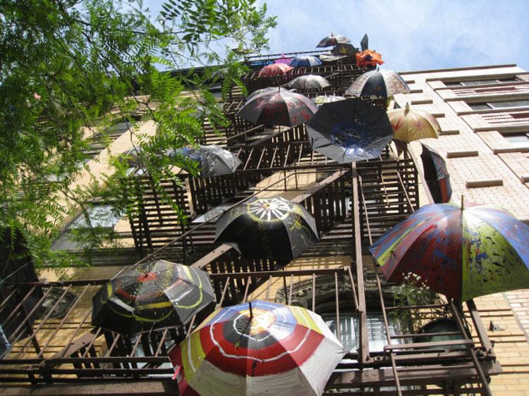 Installazioni di arte urbana con ombrelli colorati n.18