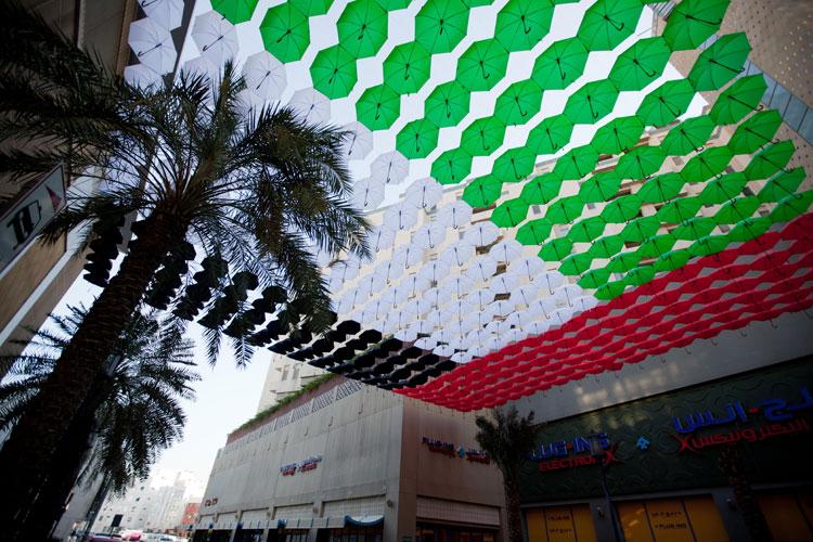 Installazioni di arte urbana con ombrelli colorati n.19