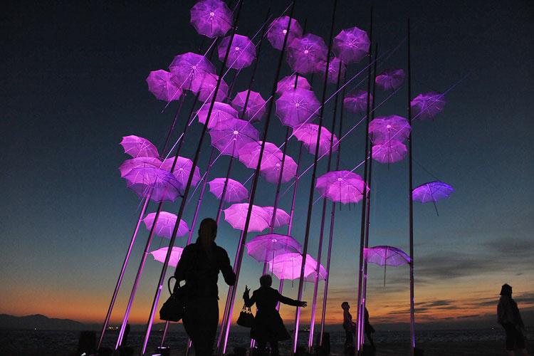 Installazioni di arte urbana con ombrelli colorati n.20