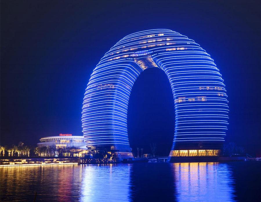 Lo Sheraton Huzhou Hot Spring Resort visto di notte