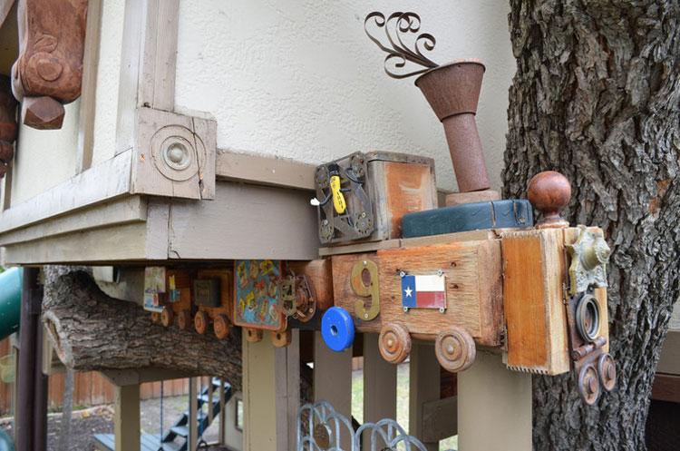 Dettaglio del trenino della casa sull'albero di Dallas