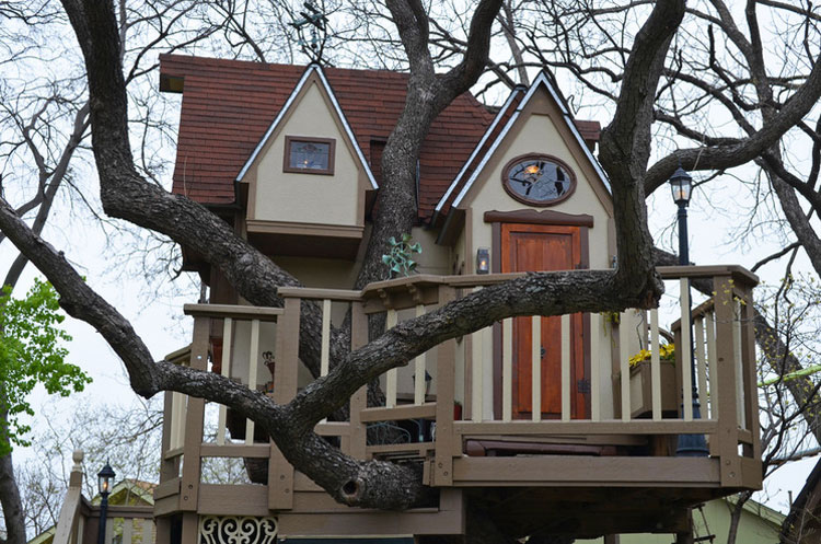 Balconcino e facciate laterale della casa sull'albero di Dallas