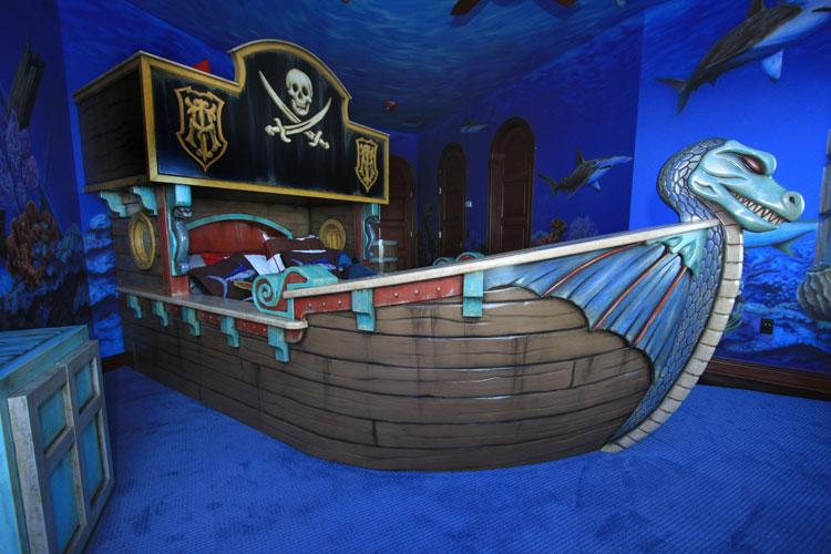 Letto a castello a forma di nave pirata