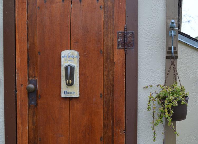 Dettaglio della porta esterna della casa sull'albero di Dallas