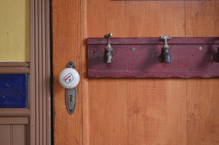 Dettaglio della porta interna della casa sull'albero di Dallas