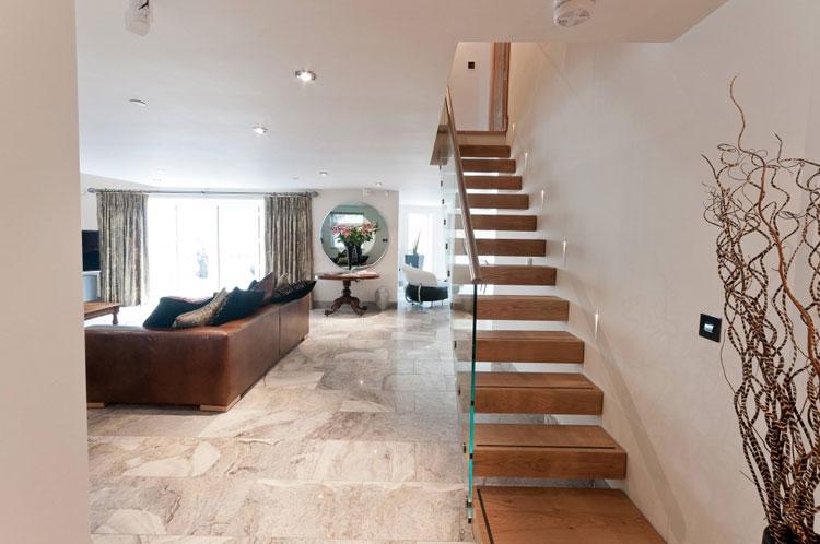 30 immagini di scale interne con ringhiere in vetro - Scale classiche per interni ...