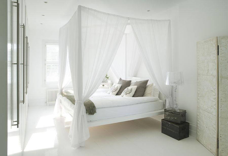 Idee per arredare una camera da letto bianca classica n.03