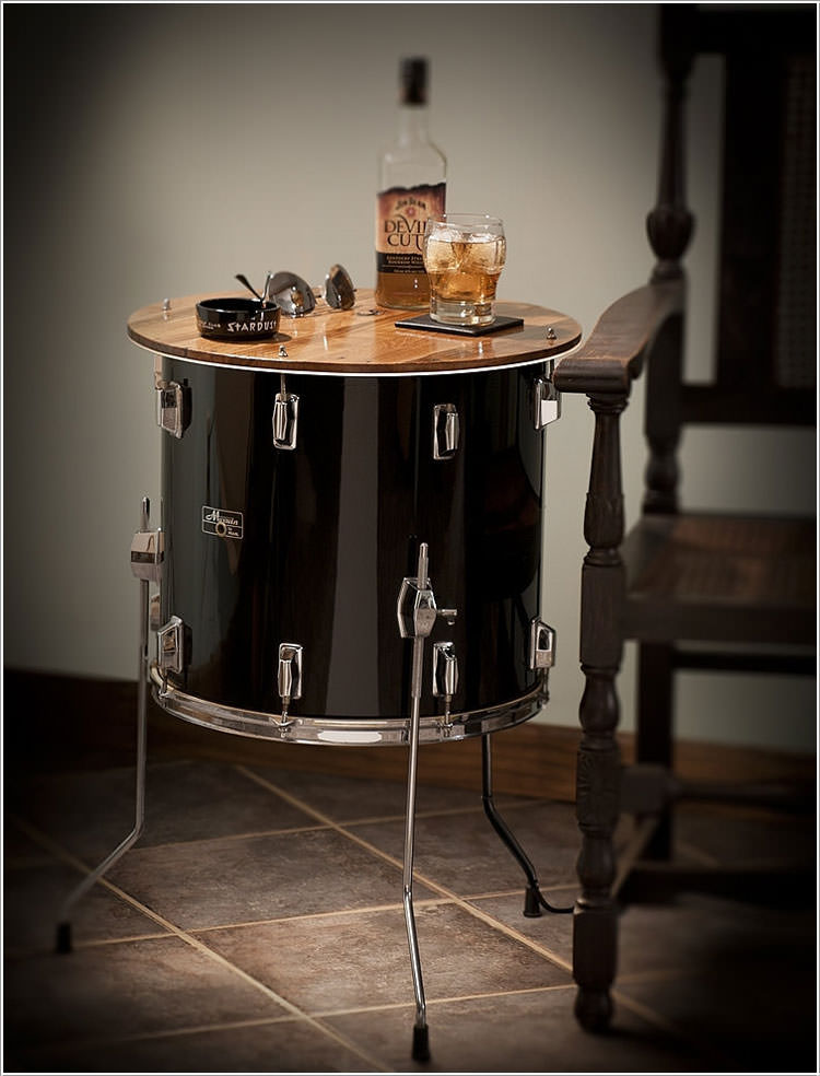 Tavolino ricavato da timpano di batteria