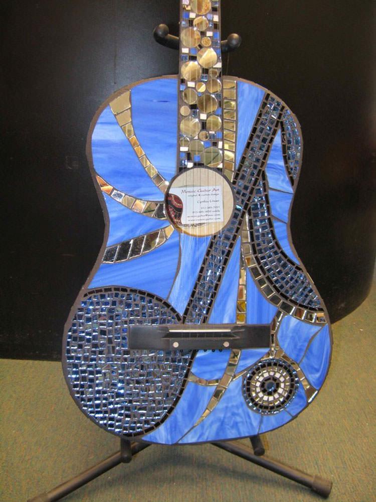 Chitarra con decorazioni in mosaico