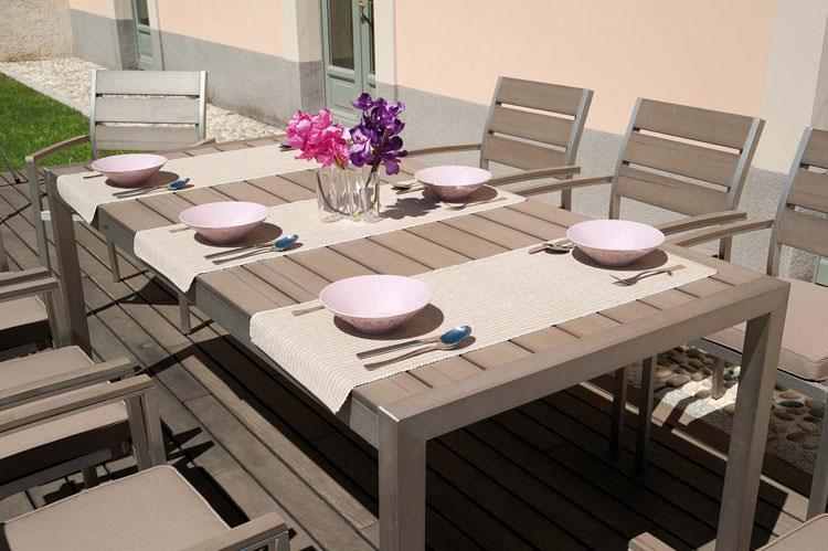 40 foto di tavoli da giardino in legno per arredamento for Tavoli e sedie per esterno