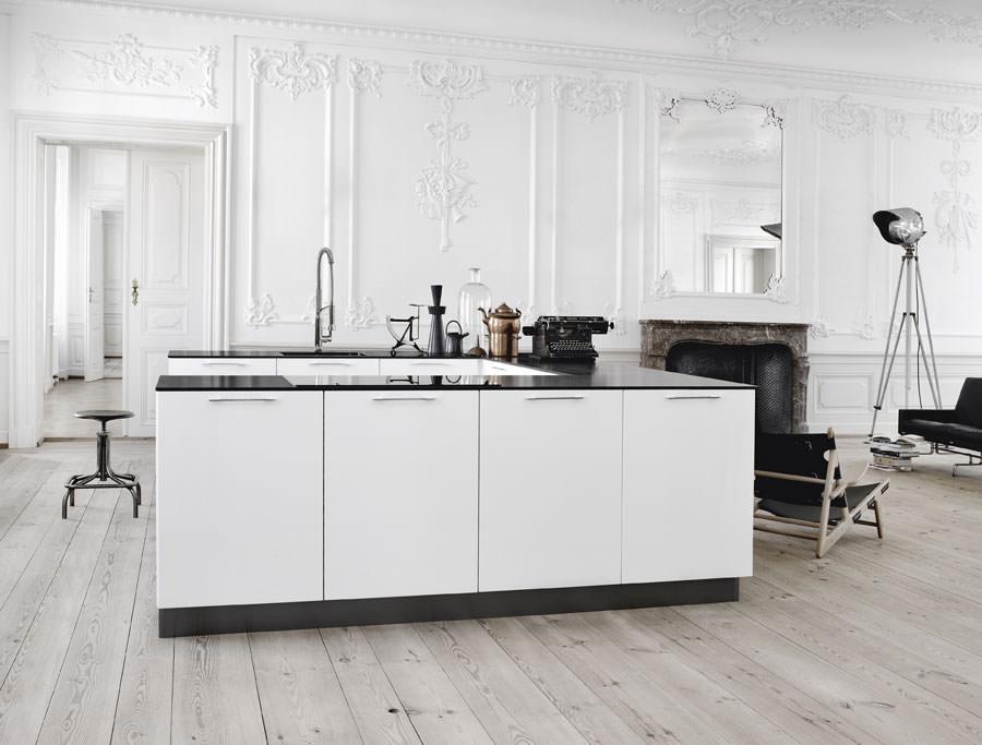 Cucina bianca dal design in stile scandinavo n.12