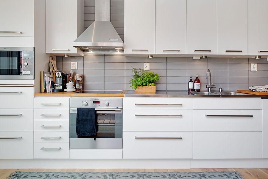 Cucina bianca dal design in stile scandinavo n.29