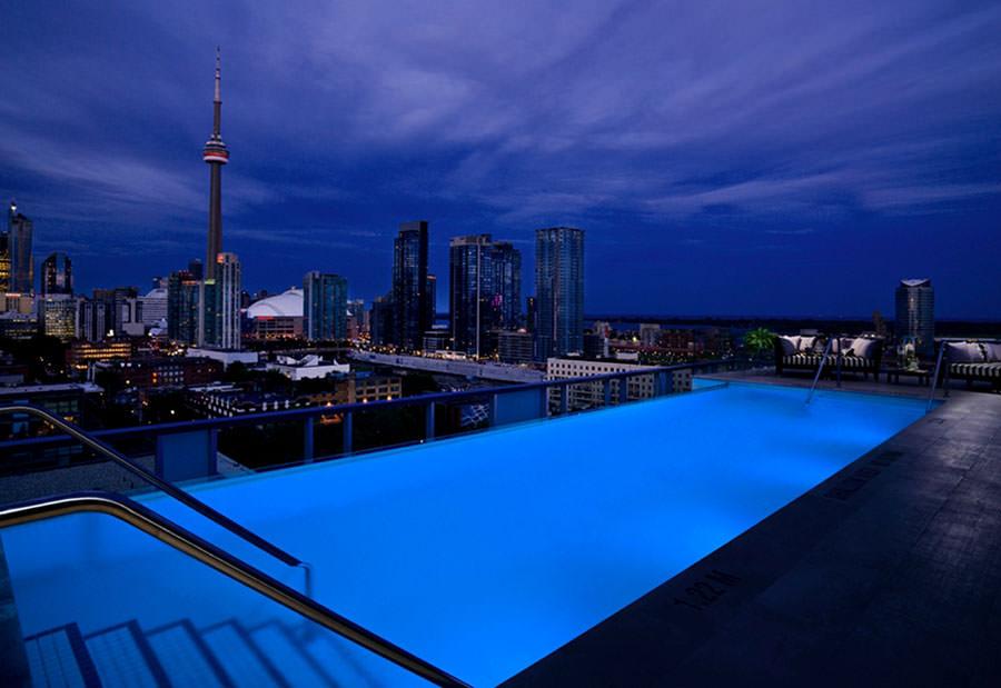 Piscina sul tetto del Thompson Toronto Hotel - Toronto