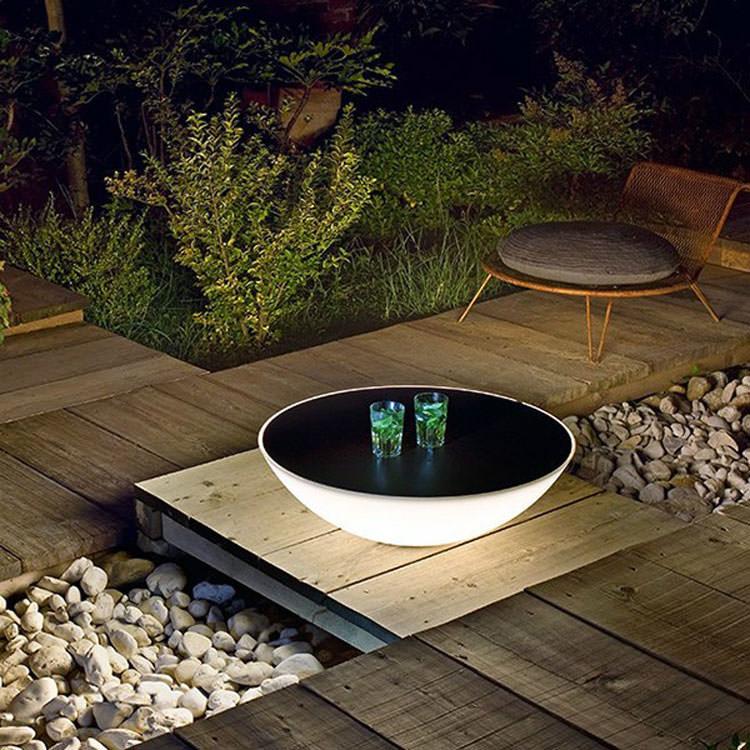 Tavolo da giardino con lampada incorporata