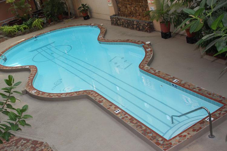Piscina a forma di chitarra con note sul fondo