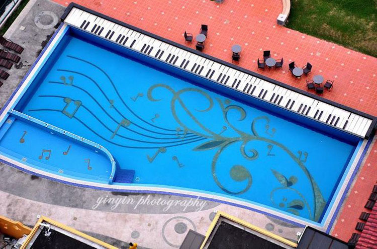 Piscina a forma di pianoforte con fondo decorato