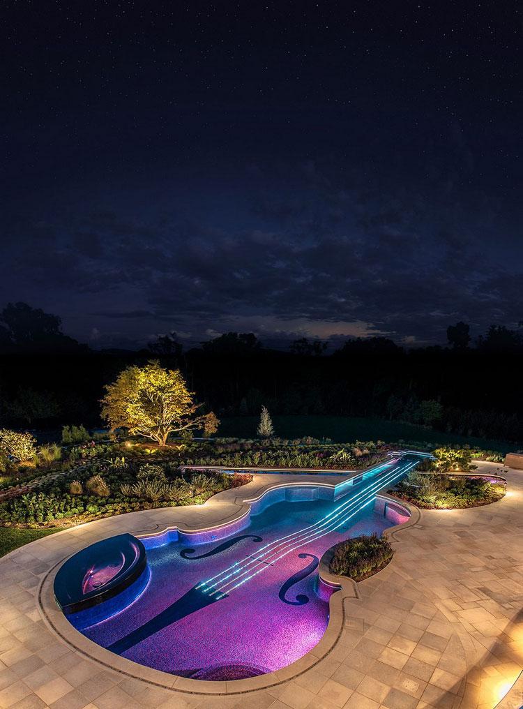 Piscina a forma di violino di notte