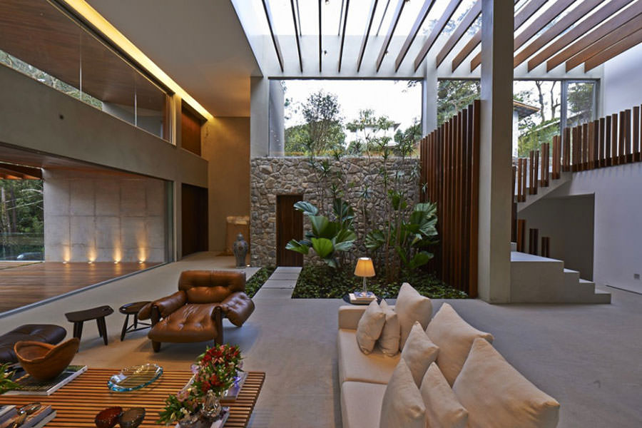 Idee per arredare il salotto con piante da interno - Giardino interno casa ...