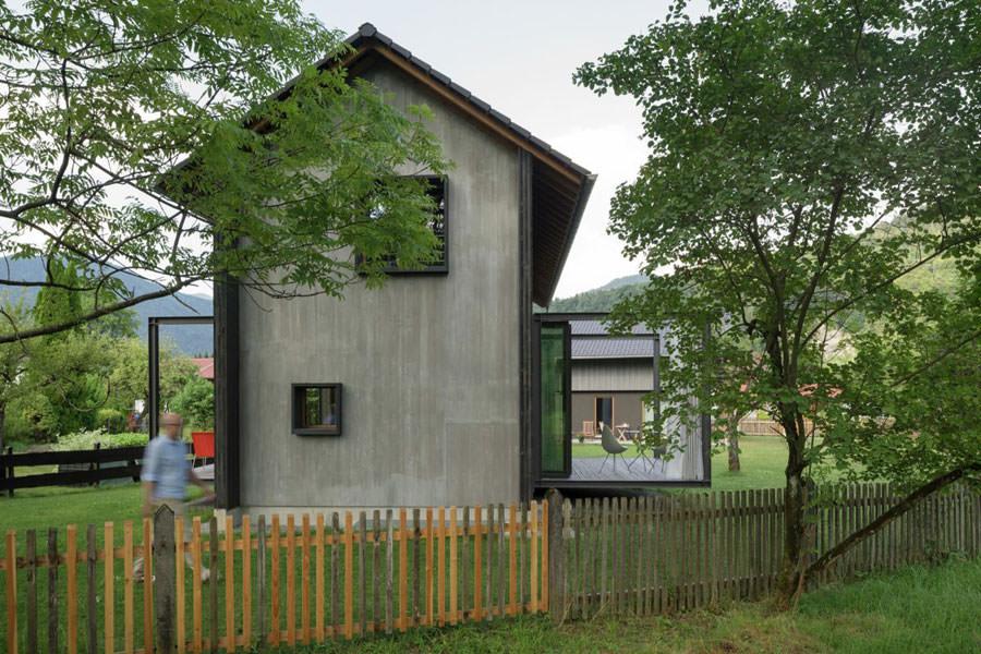 Veduta frontale della casa in legno in Baviera
